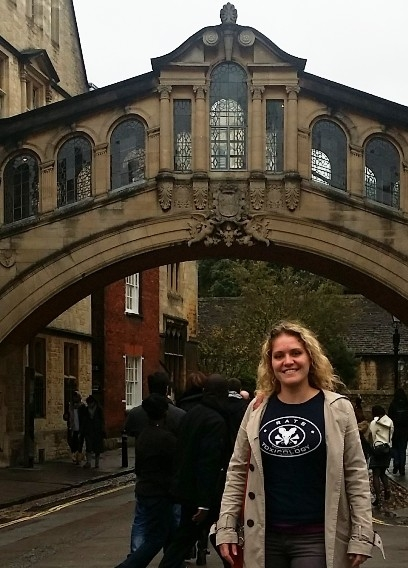 Thea, wearing a Rutgers Association of Toxicology (RATS) T-shirt, standing in front of the Bridge of Sighs at Oxford University